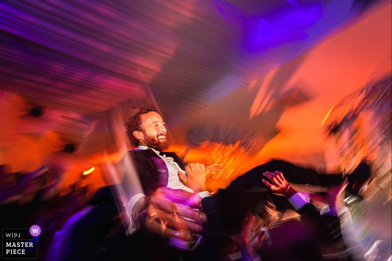 porté du marié à la soirée dansante
