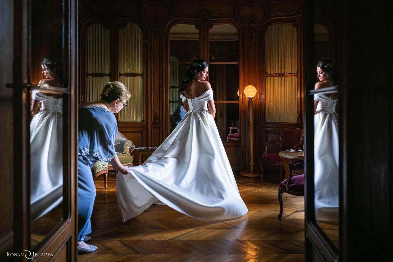 La maman de la mariée finalise les préparatifs de mariage