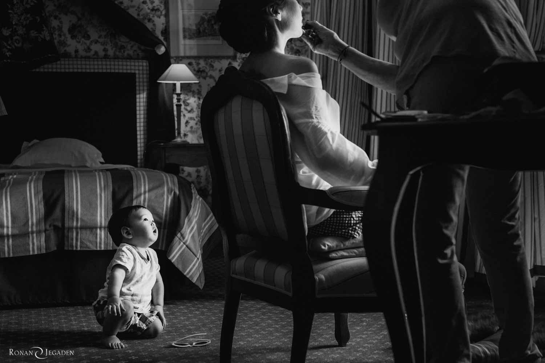 jeune enfant regarde les préparatifs de mariage