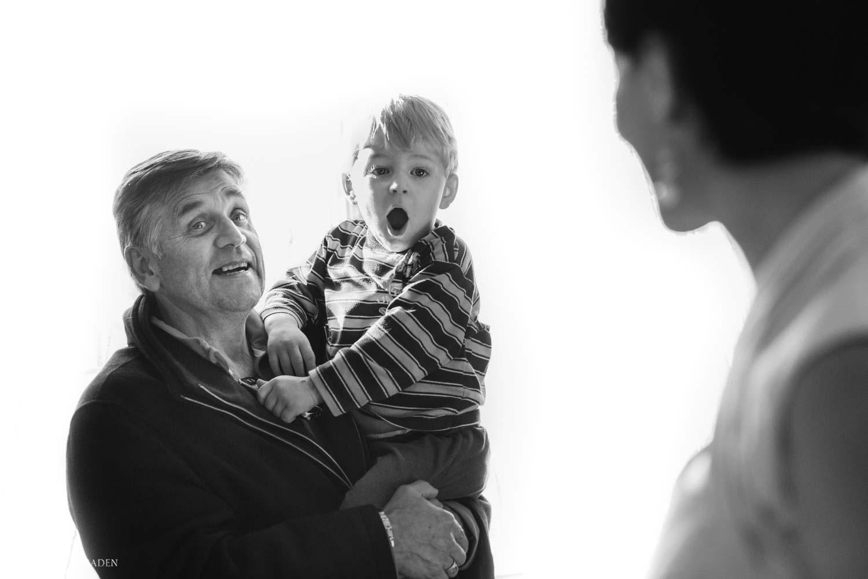 jeune enfant stupéfait devant sa mère