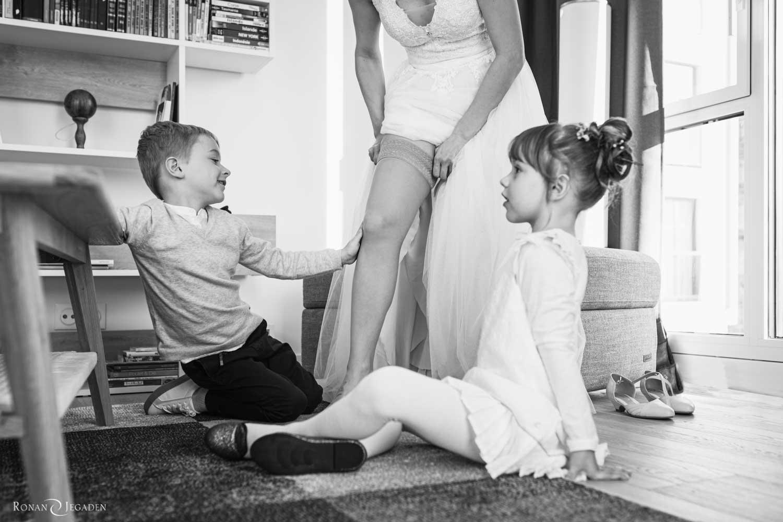 deux enfants regardent la préparation de la mariée