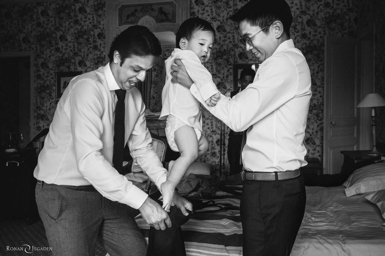 deux papa qui préparent un enfant pour le mariage