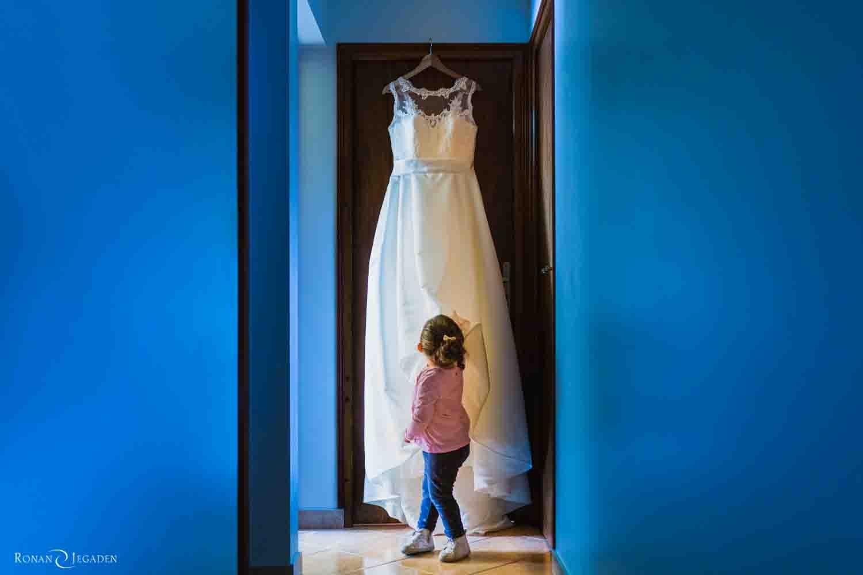 petite fille devant une robe de mariée